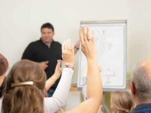 NEVEREST Trainerausbildung Trainer vor Gruppe