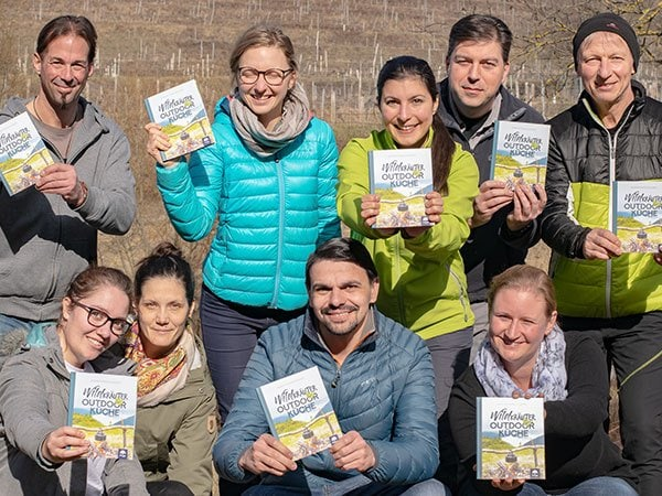 Wildkräuter Outdoorküche | JF | Gruppe mit Buch