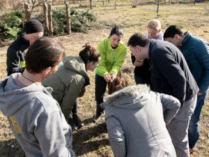 Wildkräuter Outdoorküche | JF | Gruppe beim Kräutersuchen