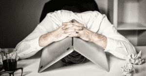 burnout_stress_überforderung_laptop_arbeit_medien_reizüberflutung