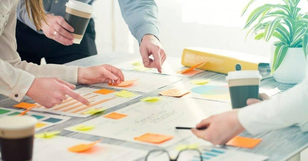 brainstorming_ideen_postit_notizen_gruppe_mitglieder